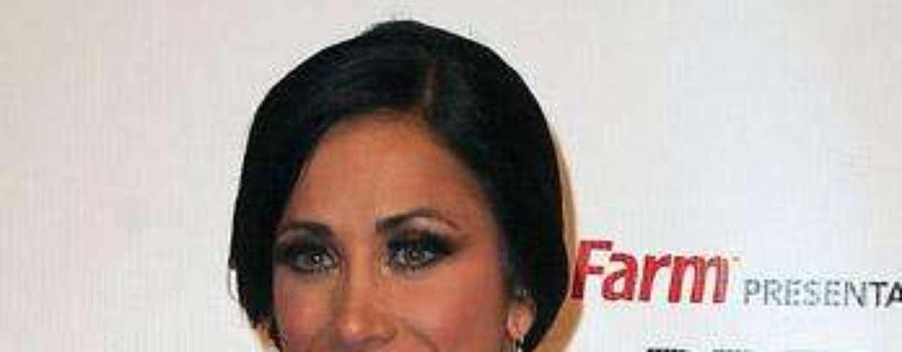 Mónica Noguera, impactó con su gran abertura, en los Billboard Latin Music Awards del 2010, realizados en Puerto Rico.