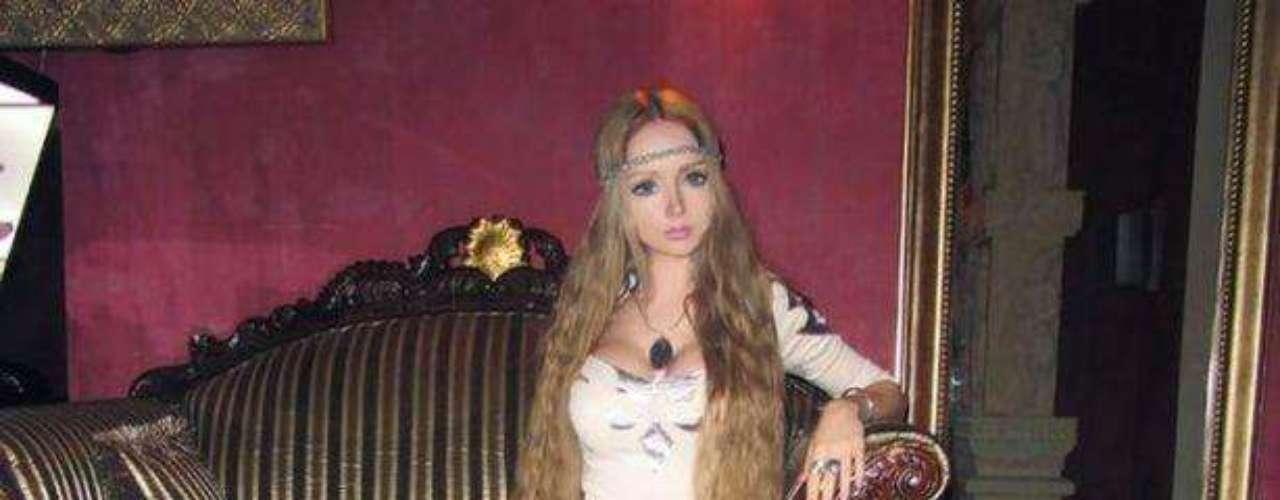 Valeria Lukyanova ¿es todo en ella real? En las fotos no sonríe. ¿Será producto del photoshop o sólo es maquillaje?