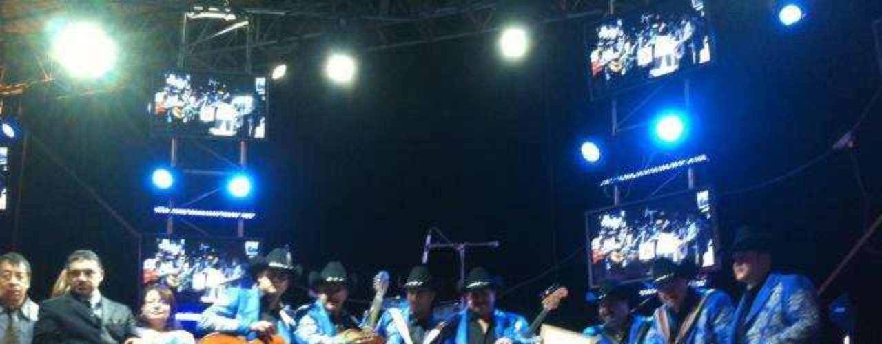 Los Huracanes del Norte develaron su estrella en el Paseo de las Estrellas de Las Vegas. La agrupación compartió fotos del memorable momento en su cuenta de Twitter.
