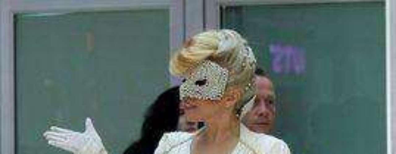 Lady Gaga, quien llegó a la capital de Corea del Sur luciendo una peculiar máscara y un traje que destacaba su busto, se encontró con los ánimos caldeados por un grupo que trata de parar su show, una semana antes de que inicie en el país asiático la gira \