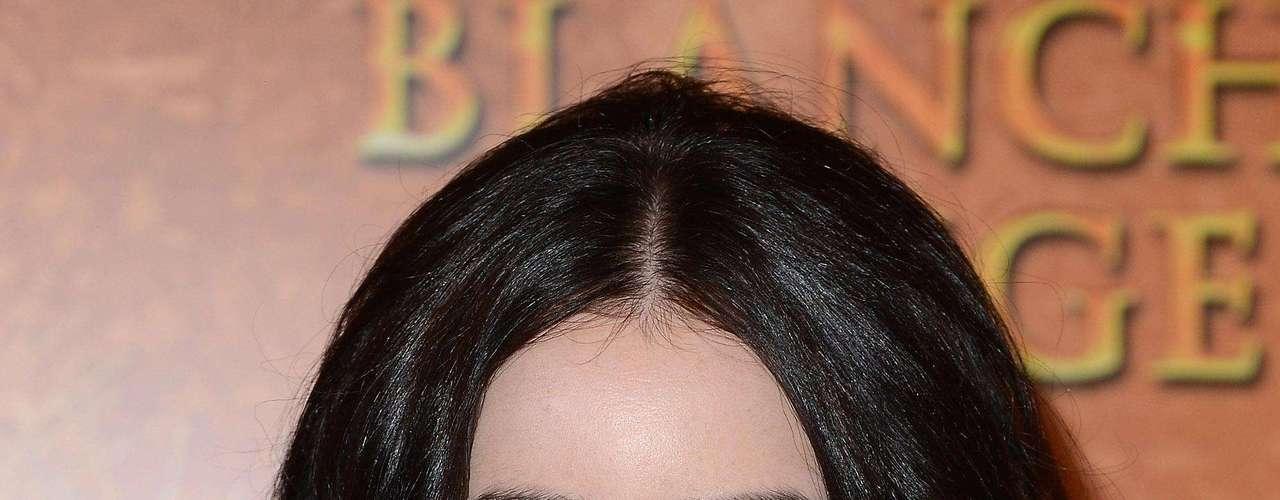 En cuarto lugar se encuentra Lily Collins. La hija del afamado músico Phill Collins se abrió paso por sí sola en Hollywood y confesó que al principio no le gustaban sus cejas pero después aprendió a aceptar sus defectos y cree que eso es lo que hace a una mujer hermosa.