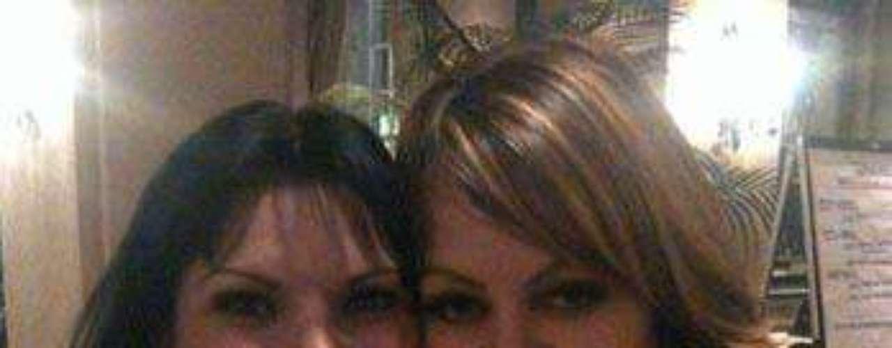 """Diana Reyes anda brincando en un pie, pues el tema """"Ajustando Cuentas"""", el cual grabó a dúo con Jenni Rivera está arrasando en el gusto del público. """"Estoy feliz porque se está extendiendo por todos lados. Está funcionando bastante bien también en México"""", dijo Diana en una entrevista publicada en el sitio Saps.com.mx. La emoción por el éxito de la colaboración es tan grande, que ella publicó una foto en su cuenta de Twitter de las dos compartiendo, como buenas amigas que son."""