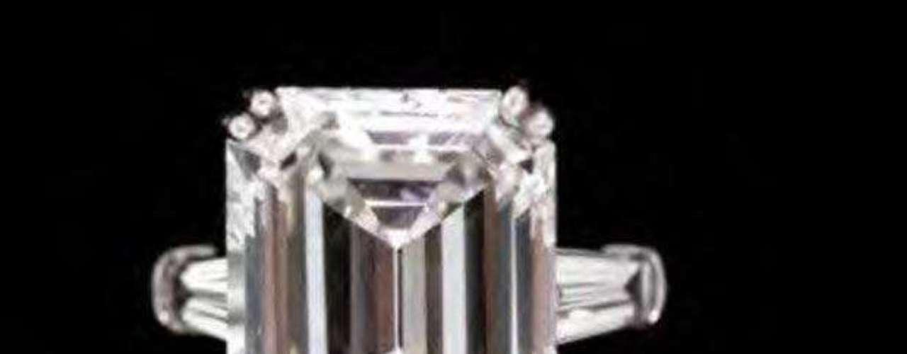 Bernard Madoff saltó a la fama cuando se conoció su estafa financiera por casi 170 mil millones de dólares. Casi todas sus pertenencias fueron a subasta, como este anillo de compromiso con diamante de 10,5 quilates que perteneció a la esposa de Madoff, Ruth. Un postor anónimo pagó la cifra más alta de la subasta: 550.000 dólares.