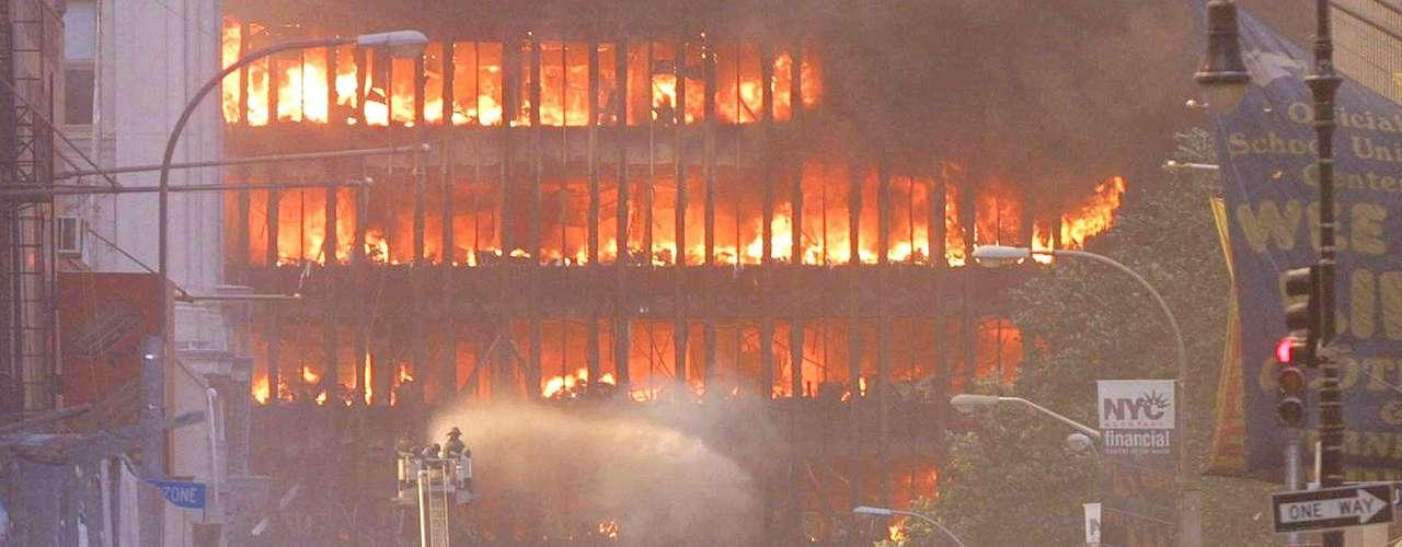 """11 de septiembre de 2001- El ataque terrorista más grande de la historia inició una persecución sin tregua contra Bin Laden. El ex presidente George W. Bush dijo que Estados Unidos conseguiría al líder de Al Qaeda """"vivo o muerto"""" ."""