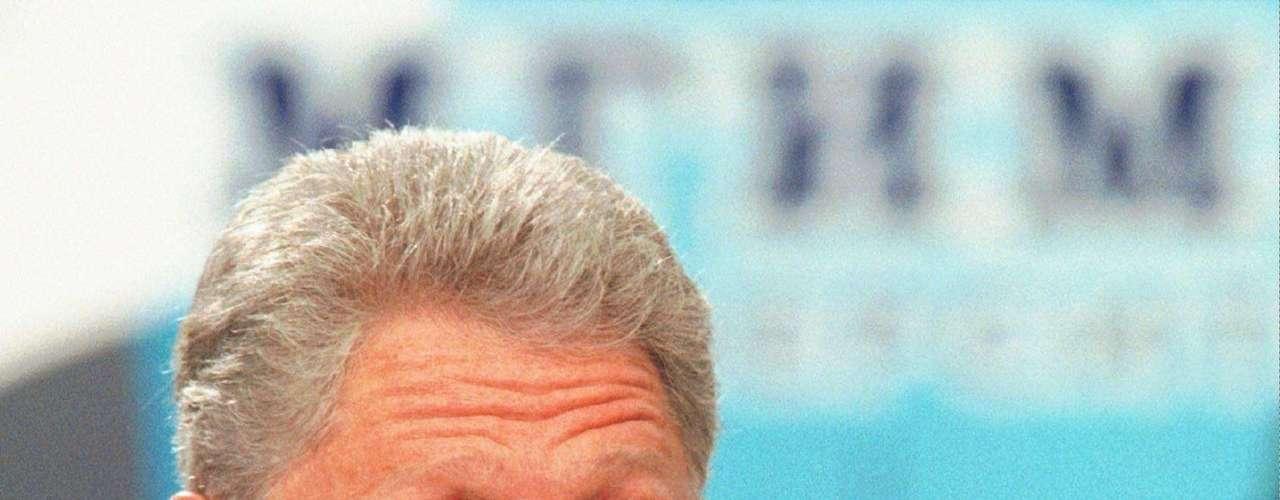 20 de agosto de 1998 - El ex presidente Bill Clinton declaró a Osama bin Laden, el principal enemigo de Estados Unidos, y lo acusó de estar a la cabeza de los atentados contra las embajadas estadounidenses en Nairobi y Dar es Salaam ese año.  Tras las sospechas el gobierno estadounidense lanzó misiles en zonas donde presuntamente había terroristas.