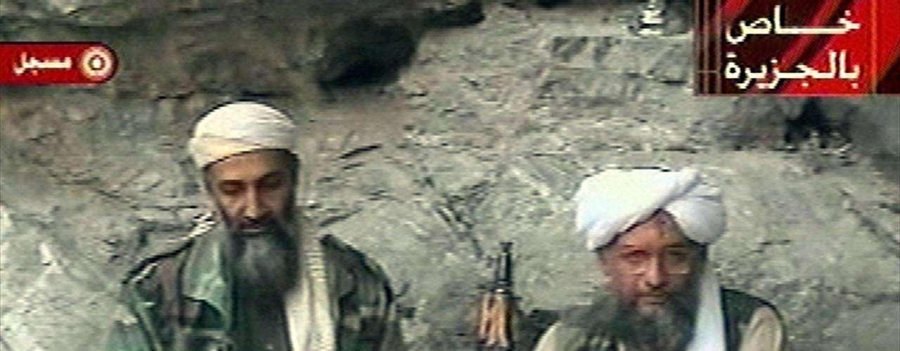 Osama bin Laden es acompañado por su segundo en el grupo terrorista Al Qaeda Ayman al-Zawahri en un lugar desconocido el 7 de octubre del 2001.