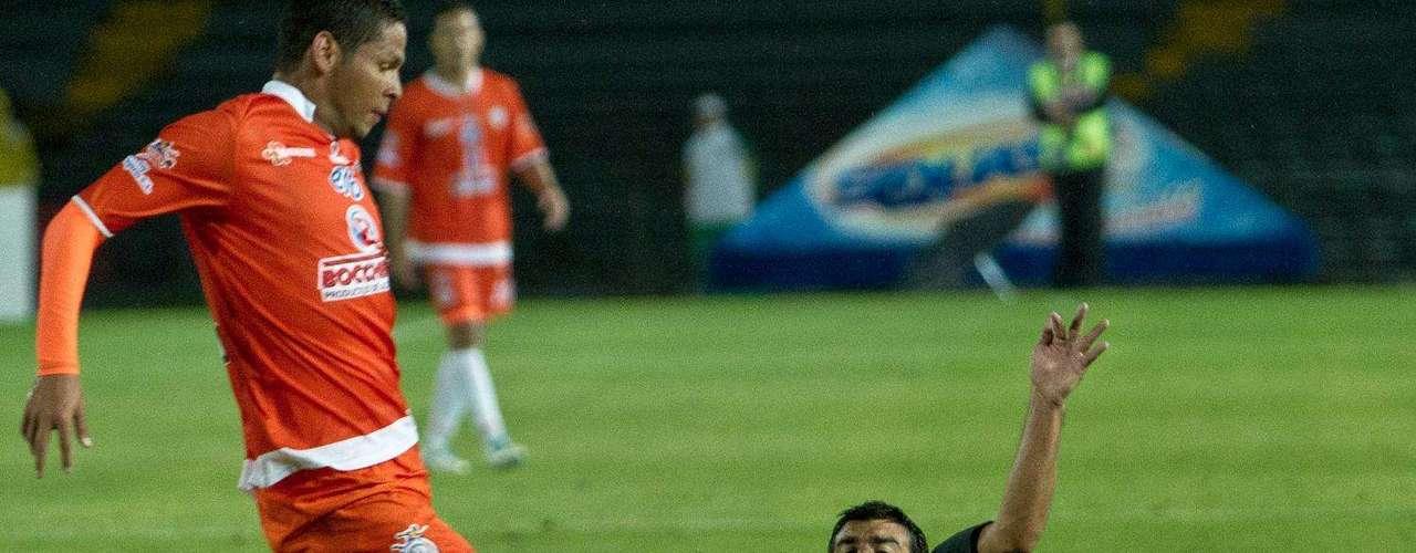 Sobre el minuto 30 contragolpe americano, Steven Mendoza de tacón le pasa el balón a Lalinde que es derribado en el área y el árbitro no decreta penal,