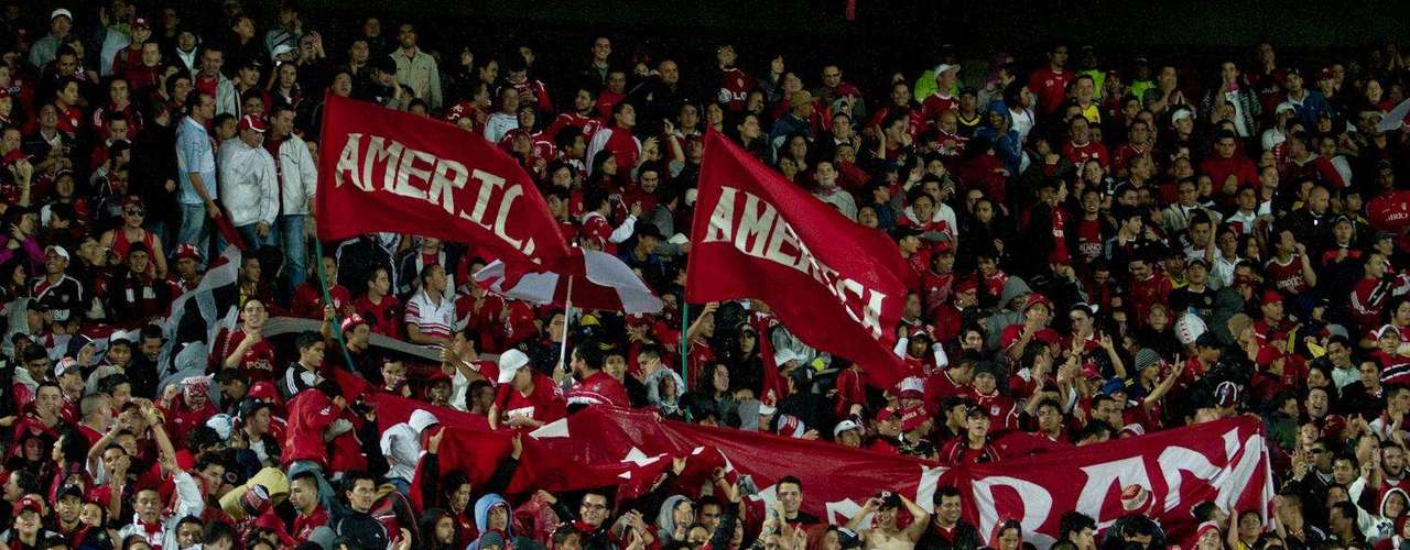 Cerca de 15 espectadores estuvieron la noche del lunes en el estadio El Campín de Bogotá para apoyar al América de Cali que venía de visita ante Academia y sacó los tres puntos en el último minuto, gran apoyo de la hinchada en la capital del país