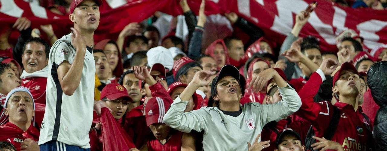 La lluvia no perjudicó la asistencia de público al estadio de la 57 en Bogotá y América otra vez lució como local en El Campín