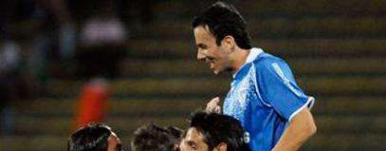 Con un solitario gol de Iván Bella, Vélez se llevó el martes una importante victoria en la ida por los octavos de final de la Copa Libertadores ante Atlético Nacional, que tuvo a Norberto Peluffo como técnico interino.