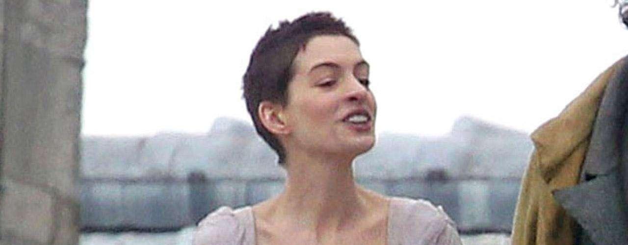 Anne Hathaway siempre se ha destacado por ser delgada, aunque con una figura sensual y ha dejado sus atributos al descubierto en más de una cinta. Pero para la versión fílmica del musical 'Los Miserables' (2012), la actriz está irreconocible.