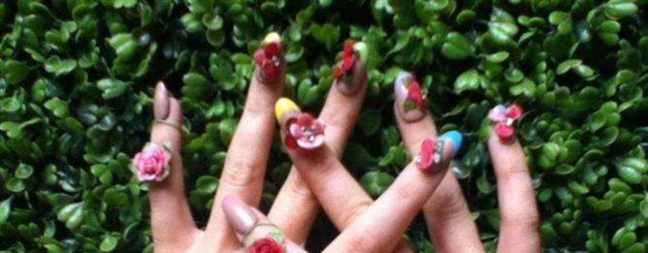 Mayo 2 de 2012. Katy Perry presume su sexy decoración de uñas.