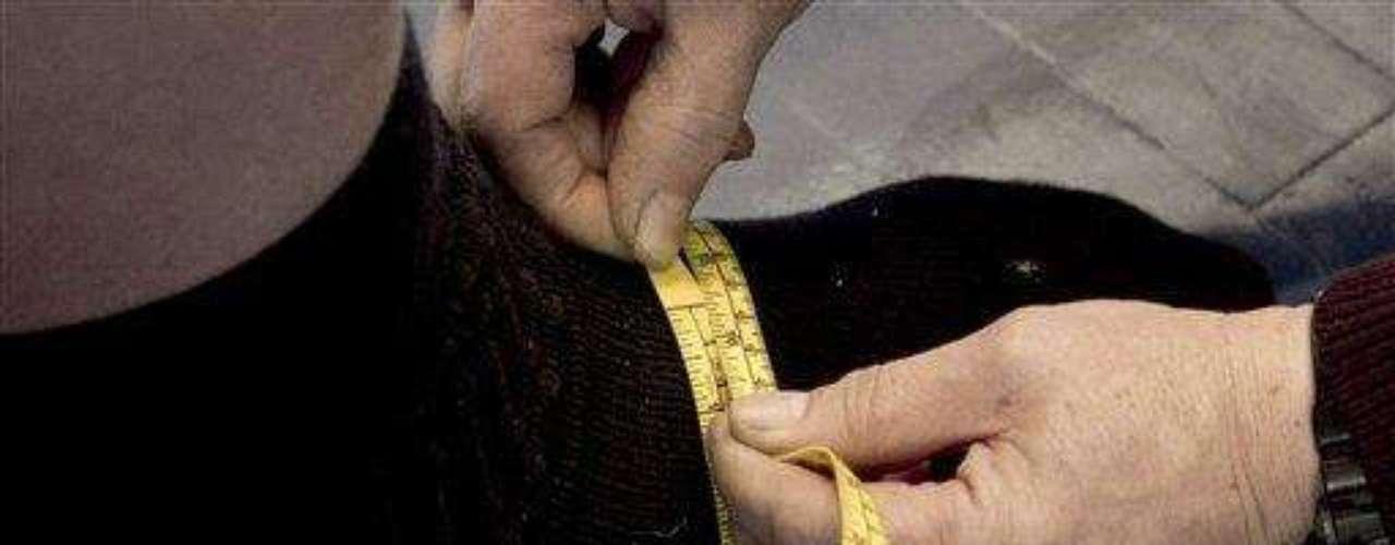 Sin embargo, el hombre de 30 de edad que vive en Minnesota, recibió el jueves tres pares de zapatos hechos a la medida, que le costaron a la compañía Reebok cinco meses poder fabricar. Mientras se probaba un par, dijo que se sentía como si estuviera \