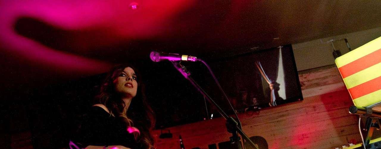 De la mano de su vocalista Paula Barrientos, la agrupación bogotana Sexy Lucy armó una fiesta llena de sonidos vanguardistas, baile y mucho poder sobre la tarima, pues no es la primera vez que la exitosa banda llena un lugar a punta de buena música. Con un show que duró cerca de dos horas, Sexy Lucy demostró por qué es una de las propuestas más interesantes e innovadoras de los últimos tiempos, musicalmente hablando. Una de las sorpresas de la noche fue el estreno del video del tema 'Dynamite' una canción que invita a bailar a la vez que divierte con un video que se sale de los esquemas. Terra estuvo presente en este show y revive los mejores momentos que, sin duda, son tan solo un abrebocas de los diversos eventos y presentaciones que traen estos músicos este año.
