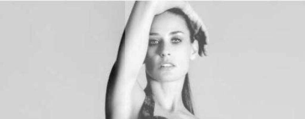 Mayo 4 de 2012. Demi Moore ya no es @mrskutcher (la señora Kutcher), ni en la vida real ni en Twitter. La actriz de 49 años cambió su nombre en Twitter a @justdemi (sólo Demi). Con esta sexy fotografía engalana su Twitter.