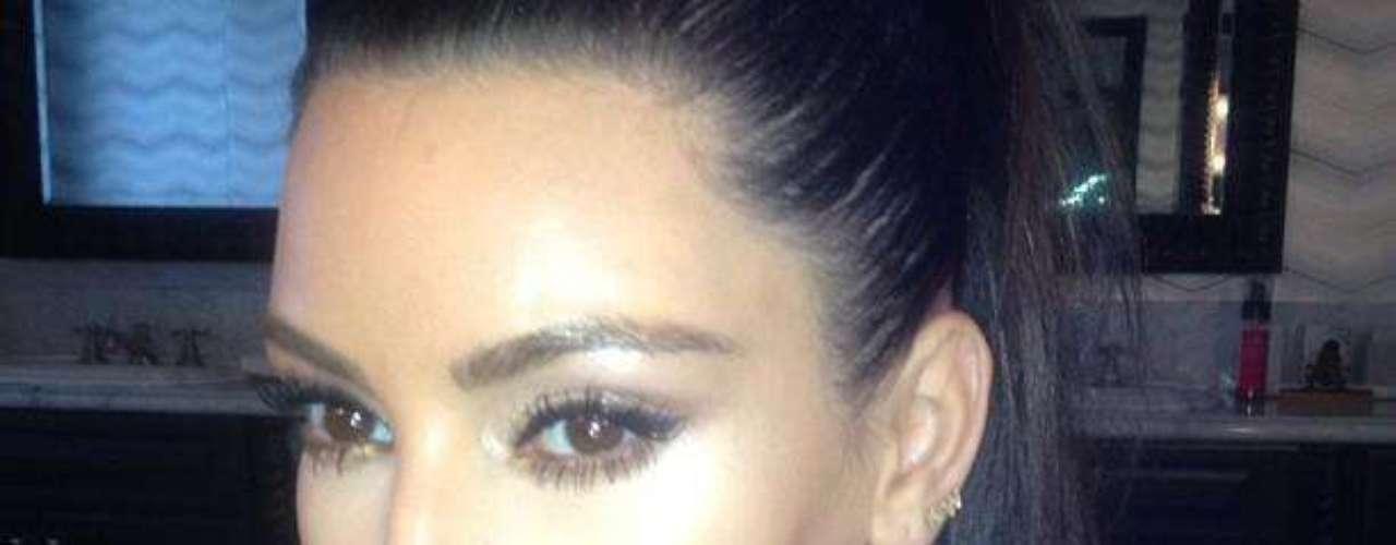 Mayo 7 de 2012. Así aparece Kim Kardashian en su Twitter. Enigmáticamente sensual.