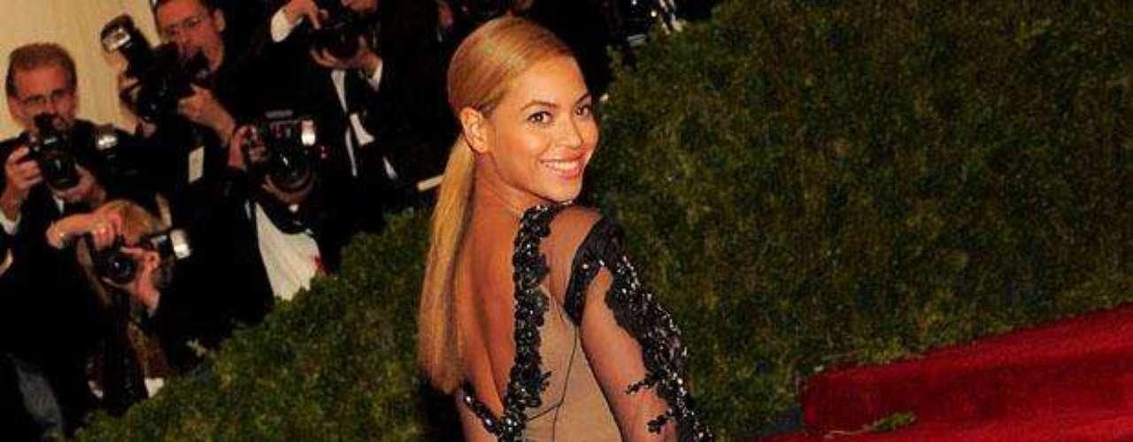 Beyoncé Knowles fue la sensación de la noche, en la gala benéfica que anualmente organiza el Metropolitan Museum de Nueva York, luciendo un vestido transparente que dejó expuestas sus espectaculares y deseadas \