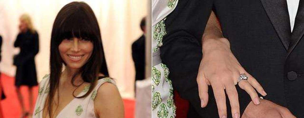 Jessica Biel por fin se dejó ver feliz, radiante y muy bella portando el anillo de compromiso que le entregó Justin Timberlake. Se especula que la pareja se casará en el verano del 2012. ¡Qué envidia!