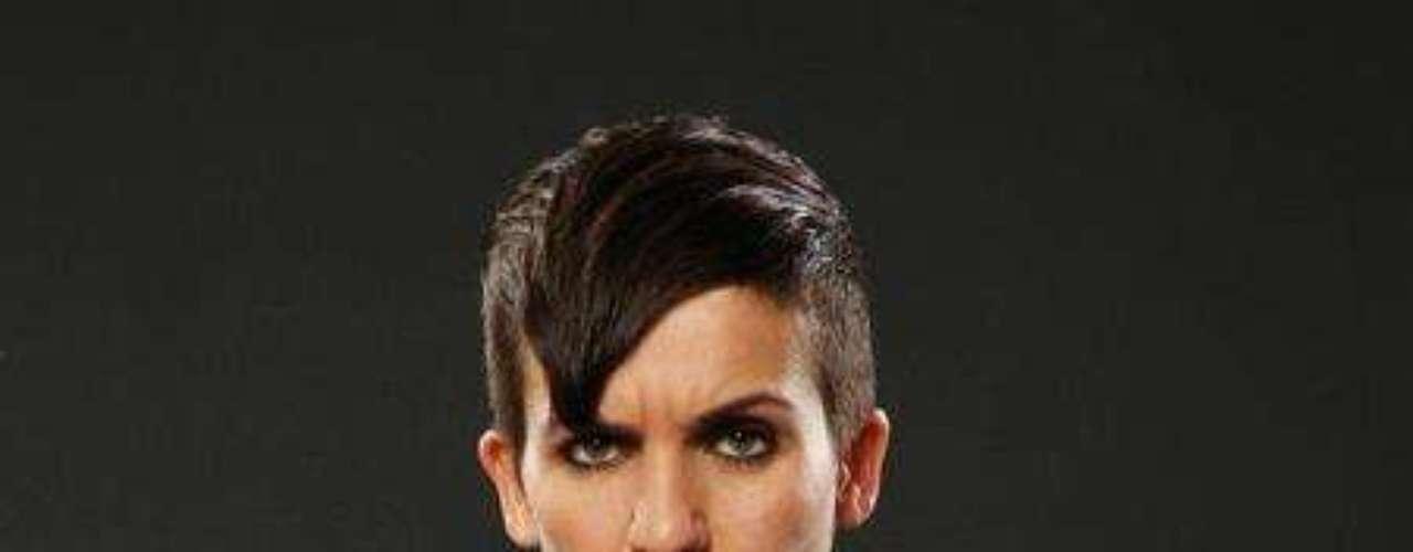 Lucas Silveira. Nació en 1979 en Canadá como Lili Silviera. y es vocalista, guitarrista y compositor en la banda The Clicks. Es el primer transexual en tener contrato de una disquera famosa.
