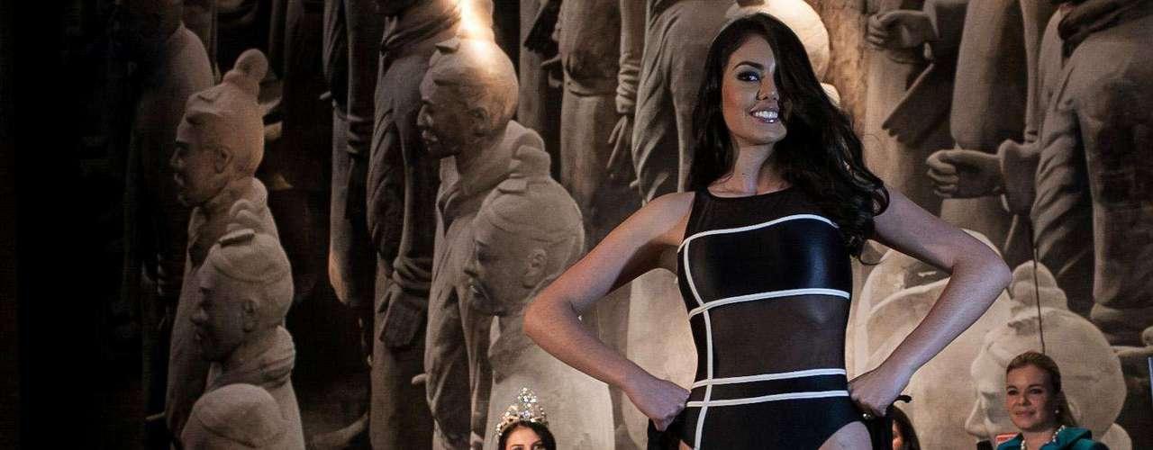 Con un traje de gala negro, tipo columna, espalda velada y decorado con cristales finos de Swarovski, del diseñador Alexander Rojas, Bárbara Turbay fue finalmente coronada como Miss Mundo Colombia 2012.