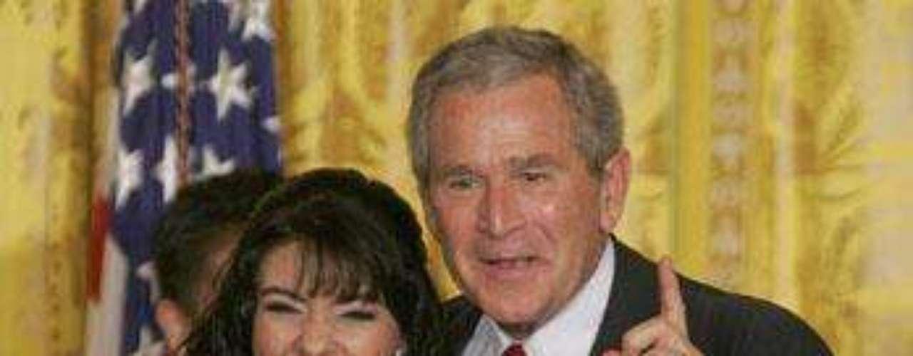 Hasta George Bush fue seducido por los encantos de la diva en las festividades del Cinco de Mayo en La Casa Blanca.