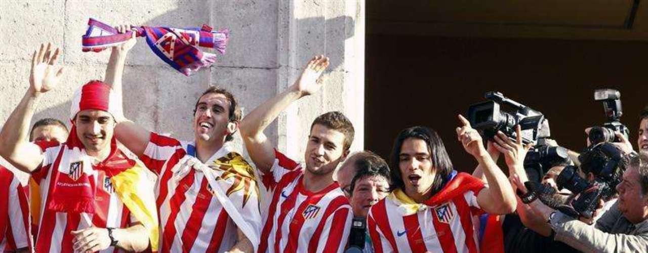 El equipo rojiblanco recibe el acompañamiento de masas de su afición en un paseo que lo llevó por la Catedral de la Almudena, el Ayuntamiento y la Comunidad de Madrid antes de llegar a Neptuno.