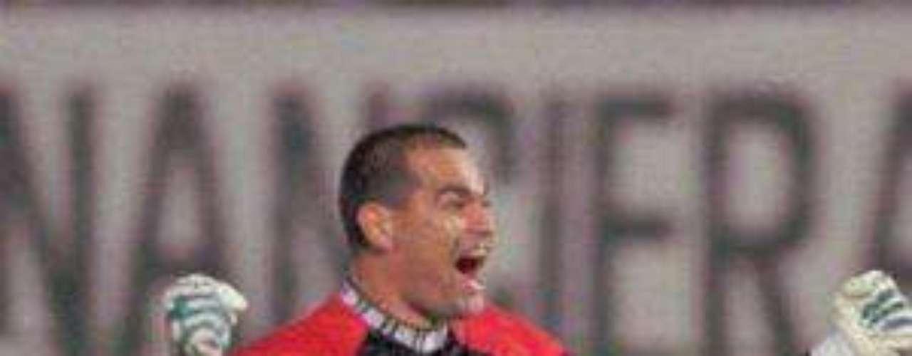 Otro arquero que dio de qué hablar tanto dentro como fuera de la cancha fue el paraguayo José Luis Chilavert. El guardameta nunca perdía la oportunidad de cobrar los tiros libres y vaya que hacía grandes goles. Ya retirado, Chilavert se quedó con 62 dianas.