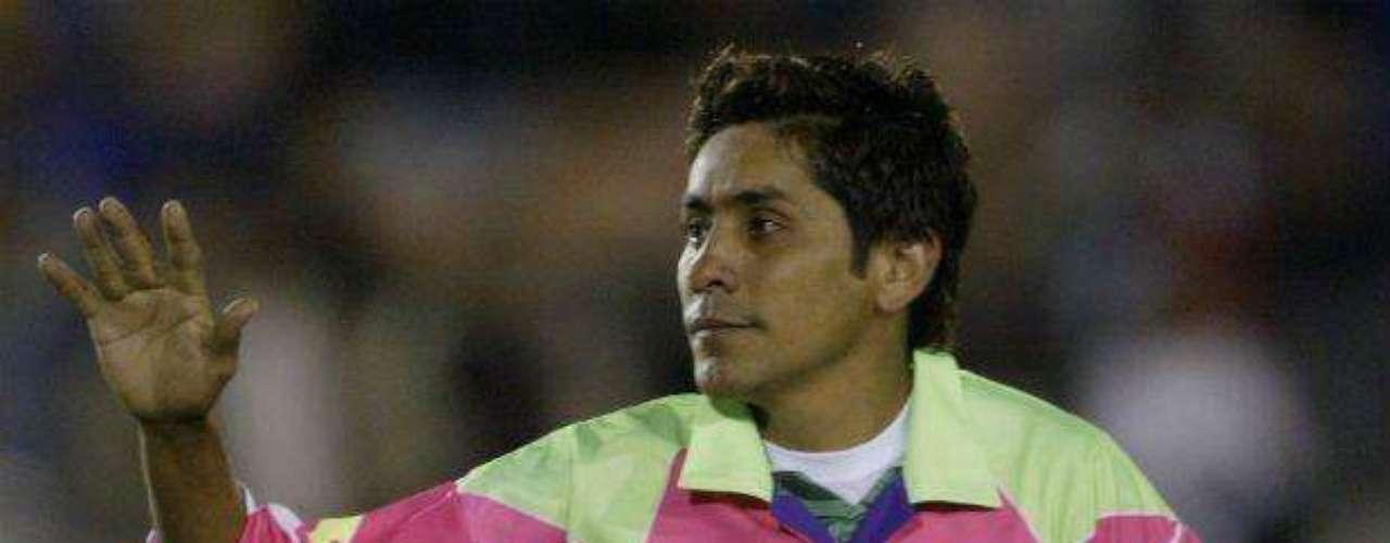 El mexicano Jorge Campos era un jugador versátil. Cuando era requerido como delantero, cumplía su labor de buena forma. Jugó para varios equipos e impuso moda con sus uniformes vistosos. Consiguió 40 goles en su carrera.