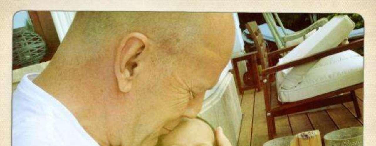 Mayo 10 de 2012  -Bruce Willis y su esposa Emme han querido presentar orgullosos a todos sus seguidores a la bebé Mabel Ray Willis.