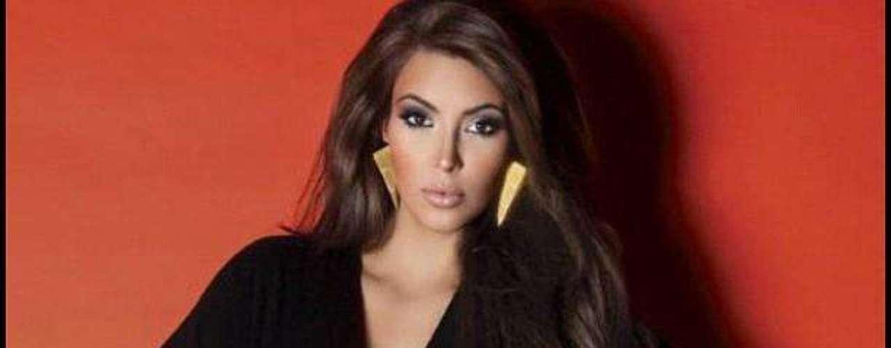 Mayo 8 de 2012 - Kim Kardashian muy sexy en un viejo posado. A ella le encanta y lo comparte.