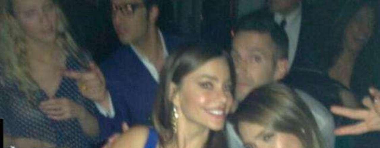 Mayo 9 de 2012 - ¿Qué hace Sofia Vergara con Samanta Ronson y Jessica Alba? Pasarla muy bien con la chicas, al parecer.