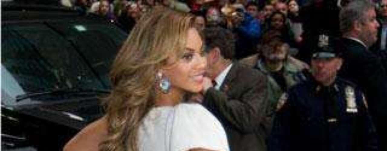 Beyoncé también se apunta a la moda de los vestidos ajustados... también por detrás.