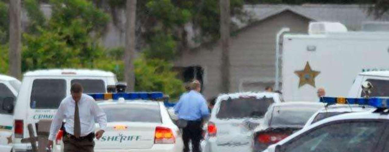 Según el vecino, la madre salió a la puerta de su casa para llamar de forma calmada a los menores, los cuales acudieron de regreso a la casa, para después ser ejecutados, según el oficial. El vecino llamó al número de emergencia del 911 tras escuchar los disparos.