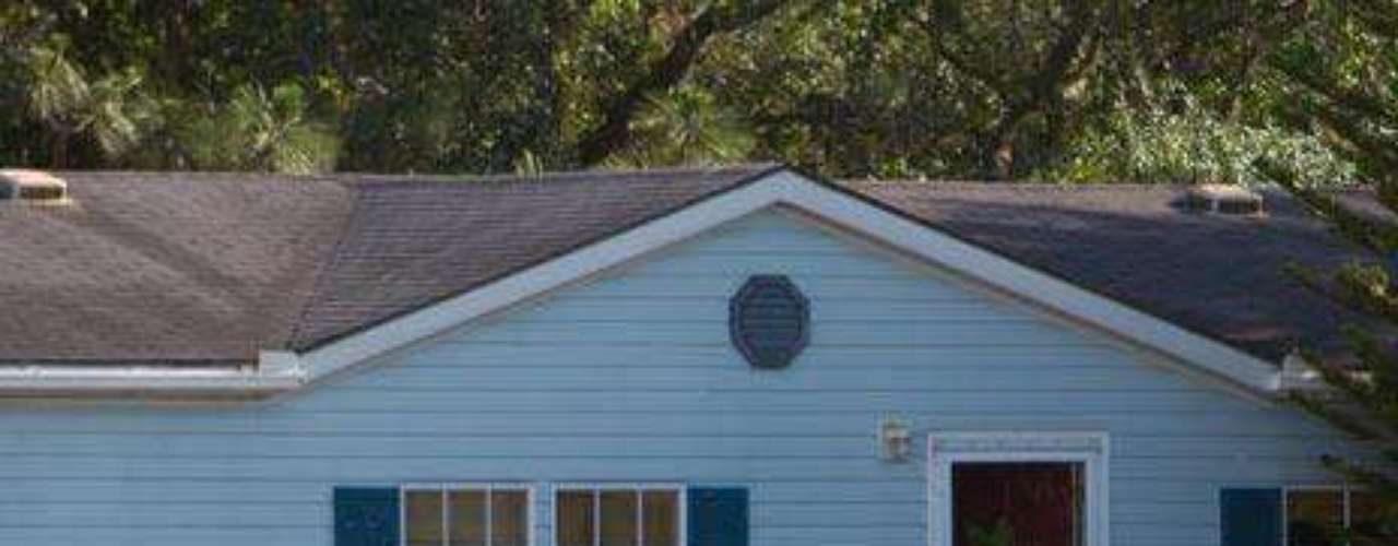 Testigos del vecindario a unos 24 kilómetros del Centro Espacial Kennedy en Cabo Cañaveral, dijeron que los miembros de la familia eran problemáticos y al menos uno de ellos tenía un récord de violencia doméstica, según la policía.