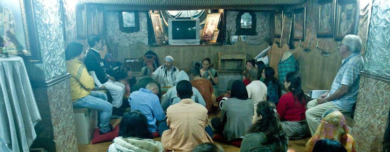 Después de los cánticos entusiastas llega un momento de meditación con mantras que ayudan a los devotos a mejorar su nivel espiritual. Maja mantra significa el gran mantra, y es el que usan.