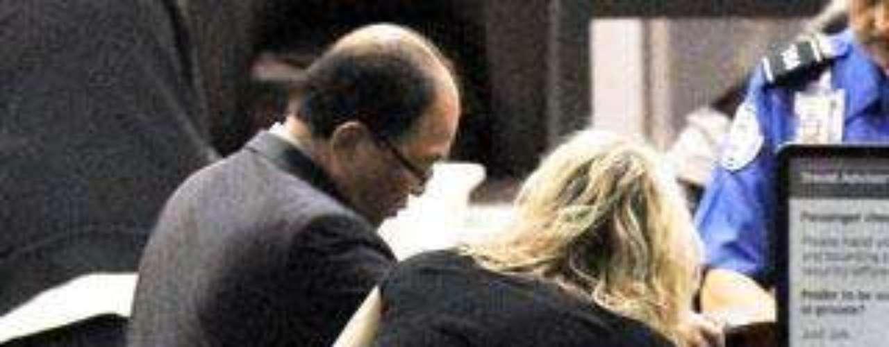 La cantante Courtney Love tuvo un descuido con su falda en el aeropuerto de Los Ángeles