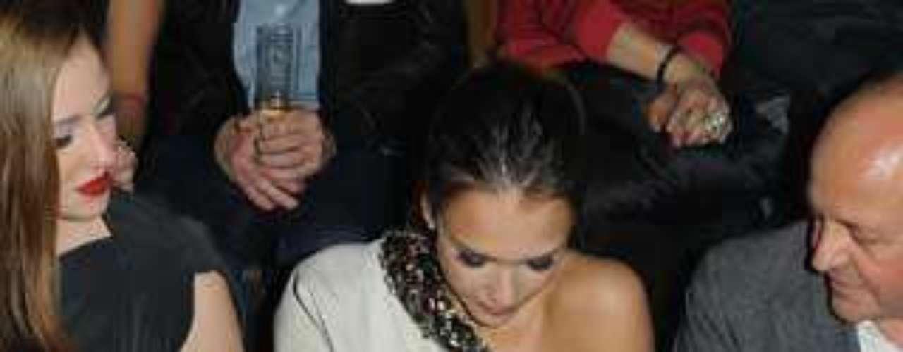 El ítntimo descuido de Jessica Alba en el front row del desfile de Lanvin.