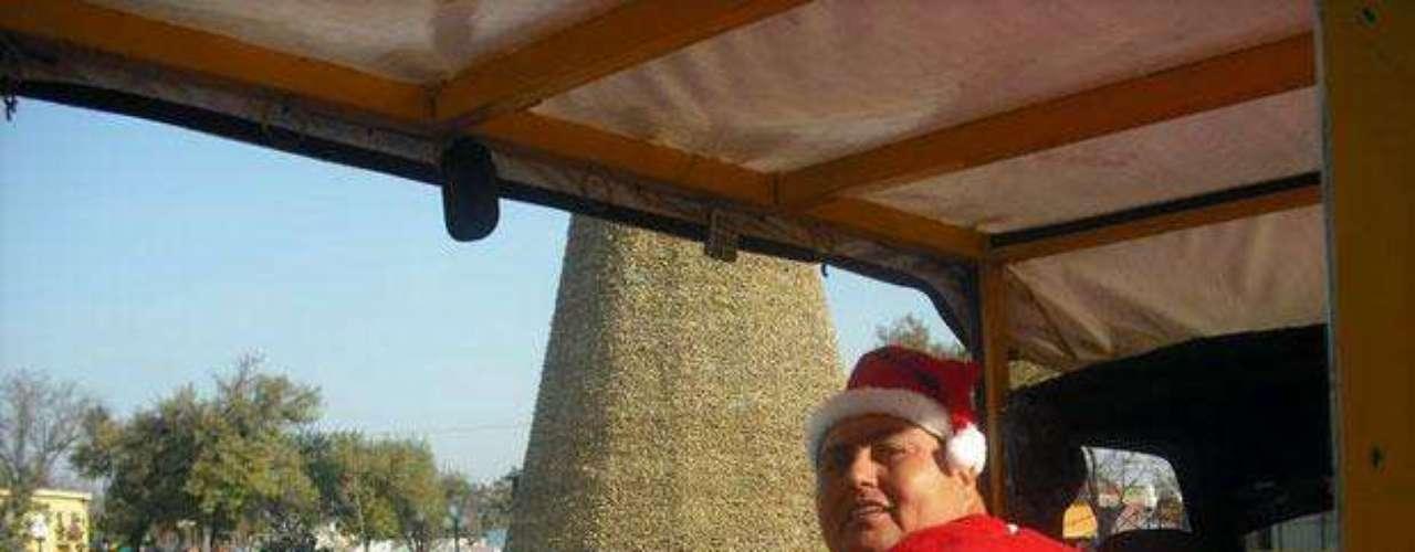 Para Manuel Uribe su situación no es pretexto para no celebrar las mejores fechas del año. En esta foto de 2008 luce un atuendo alusivo a la temporada navideña.