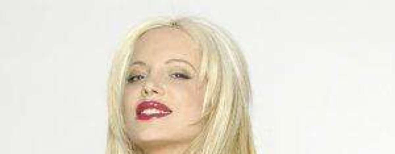 Esta rubia (a veces peli-naranja) argentina se ha hecho famosa gracias a los cambios drásticos a los que ha sometido su cuerpo. Según ha comentado, ella se ha practicado más de una docena de cirugías.Síguenos en:     Facebook -   TwitterLas curvi-mamacitas de las novelasEstrellas de novela que se han desnudado en Playboy¿Amistades peligrosas? Actrices salpicadas por el narcoAmores de telenovela, convertidos en realidad