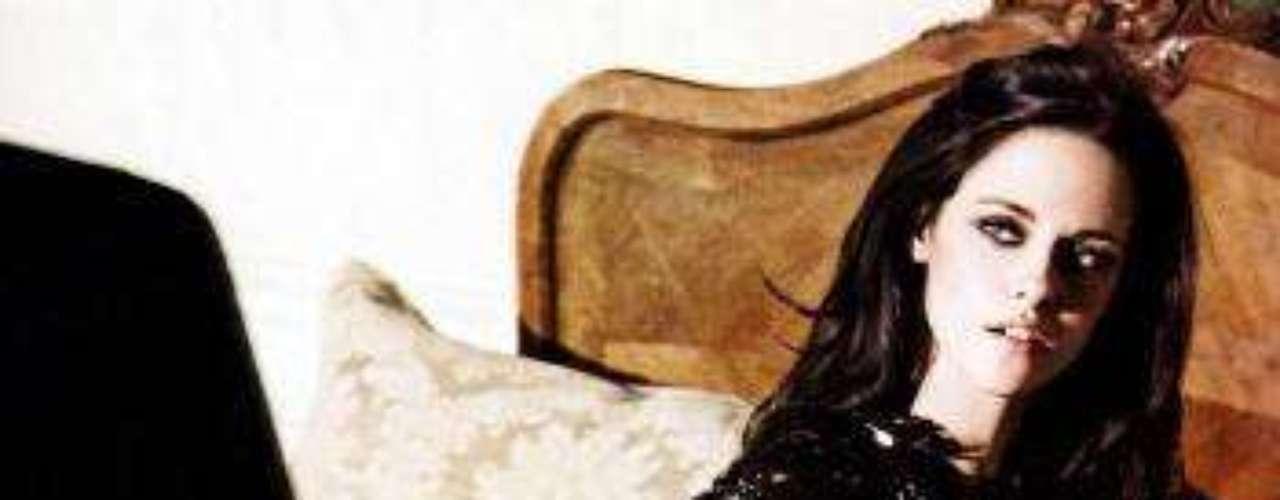 Para su faceta masculina la estrella de Crepúsculo se viste de traje con tirantas y su pelo peinado hacia atrás le da un look varonil. Para hacer gala de su femineidad,  una falda larga de cuero, un bustier de piel de cocodrilo y medias de liguero,  fueron algunas de sus prendas escogidas para esta sesión de fotos glamorosa, sensual y original.