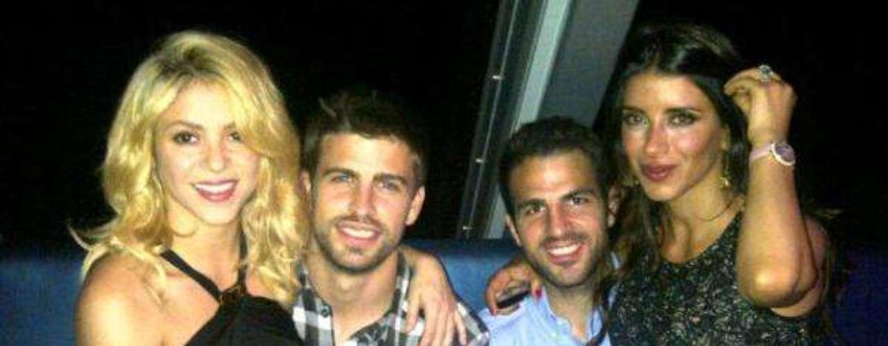 Pero Piqué, como pocas veces lo ha hecho, se ha encargado de hacer pública en Twitter una fotografía donde aparece Shakira en sus piernas, dejando a un lado los chismes sobre una supuesta nueva relación con la modelo Bar Refaeli.