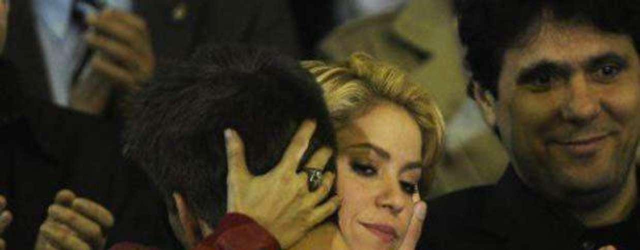 Piqué acompañaba a Shakira a los conciertos y la cantante no se alejaba de los estadios.