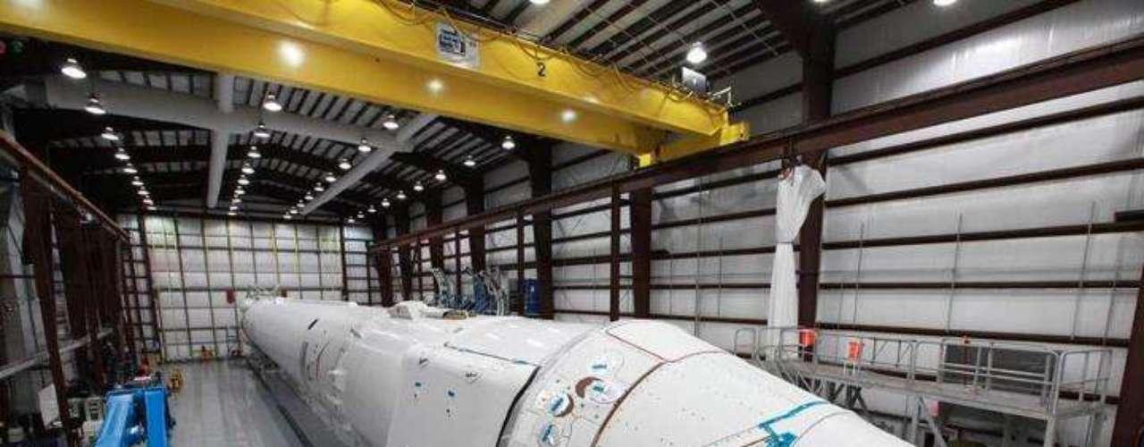 Dragon hará las mismas maniobras de acercamiento a la ISS que las naves espaciales de carga automática ATV europea y HTV japonesa. Efectuará un sobrevuelo de la ISS a una distancia de 2,5 km y luego se acercará, tras lo cual los astronautas a bordo de la estación orbital usarán el brazo robótico para proceder al acoplamiento.