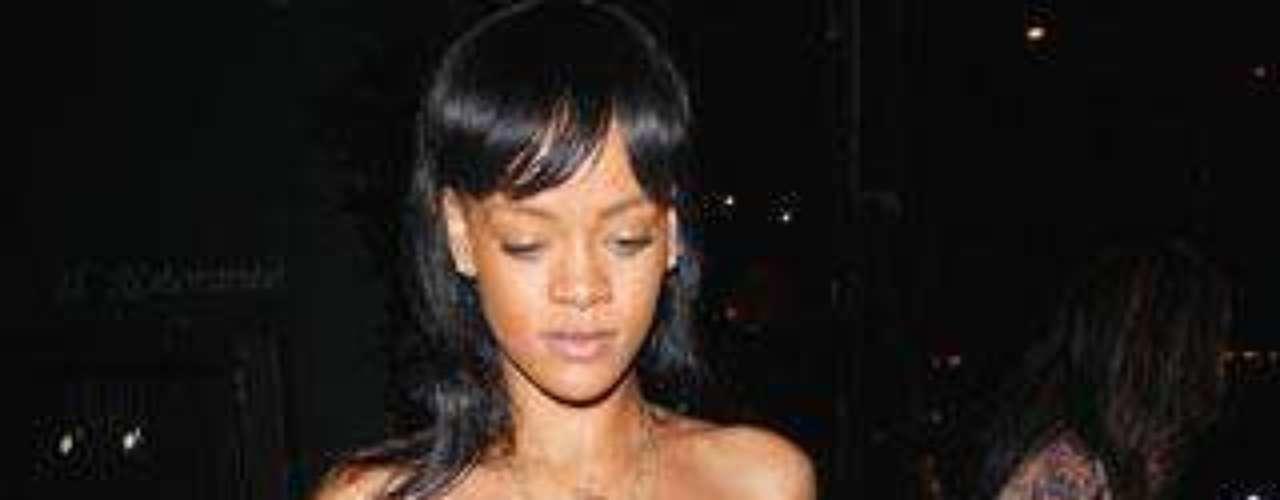 Rihanna, con un conjunto de lo más atrevido.