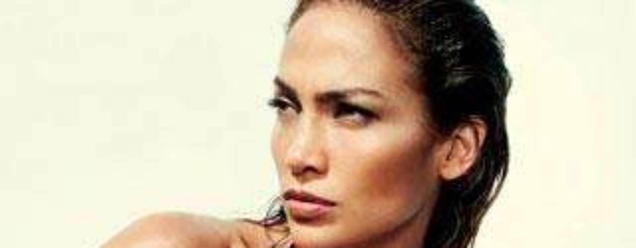 Jennifer Lopez, muy sexy en este posado en ropa de baño para Vogue.