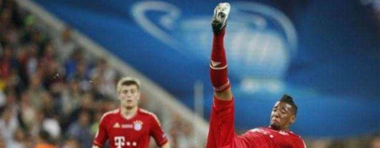 Jerome Boateng recibe una falta del delantero Didier Drogba