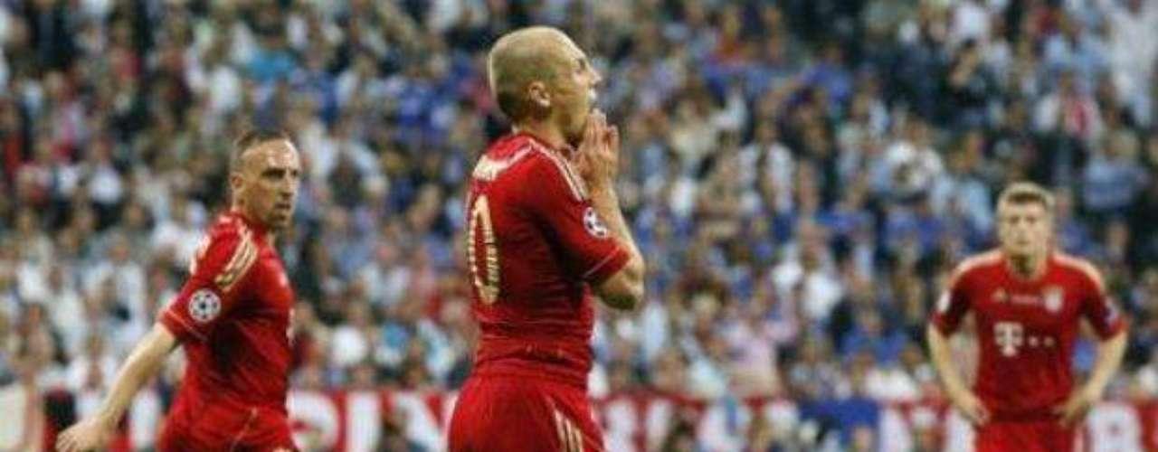 Robben se lamenta una acción errada ante la dura marca del cuadro Blue.