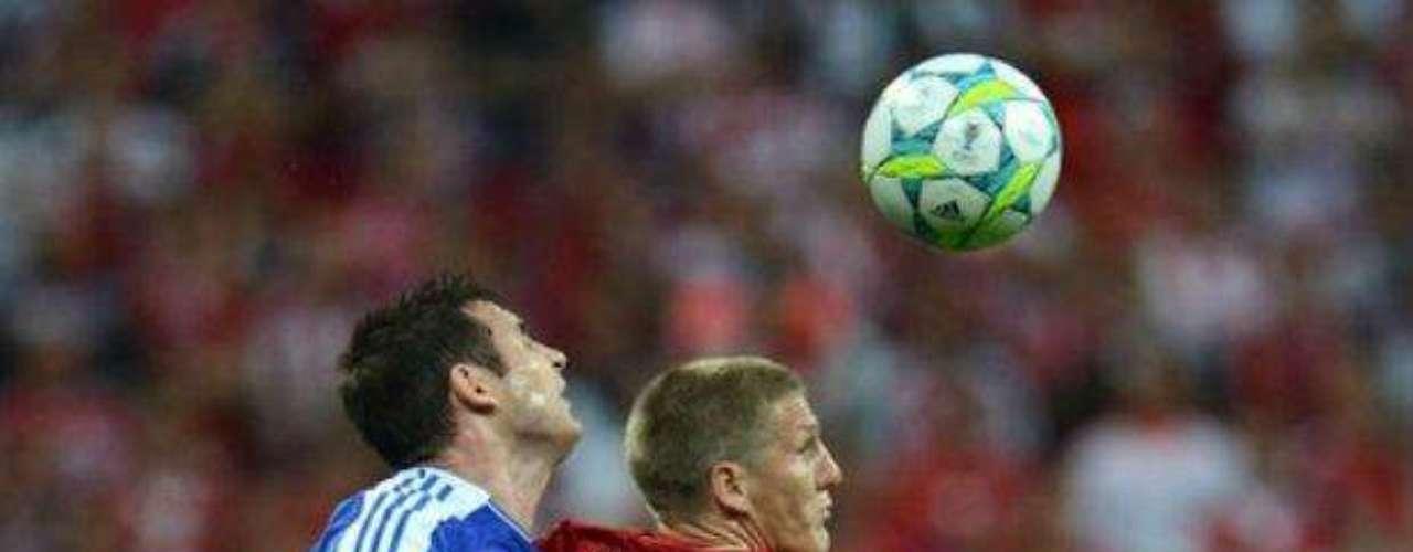 Bastian Schweinsteiger disputa el esférico con el volante del Chelsea, Frank Lampard.