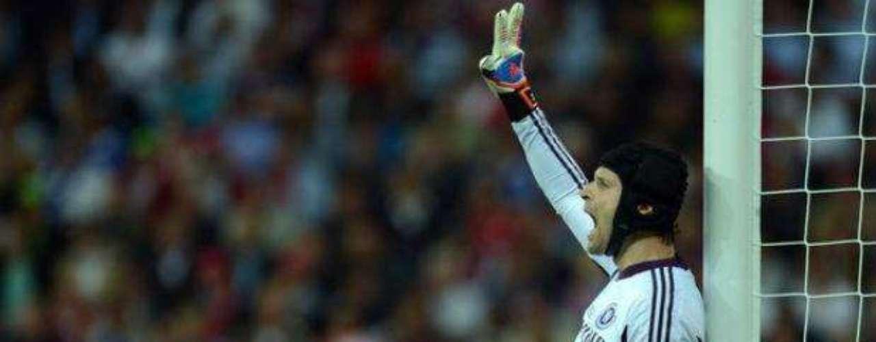 El portero del Chelsea, Petr Cech, fue factor al detener varios disparos de los delanteros del Bayern.