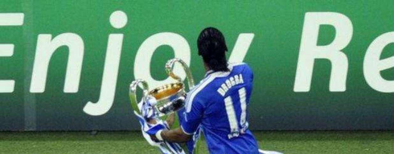 Drogba bajó al campo con la copa para dar la vuelta olímpica